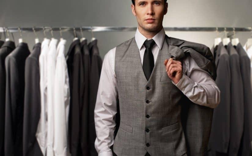 Ung mand foran tøjstativ